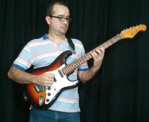 tocar guitarra de pie
